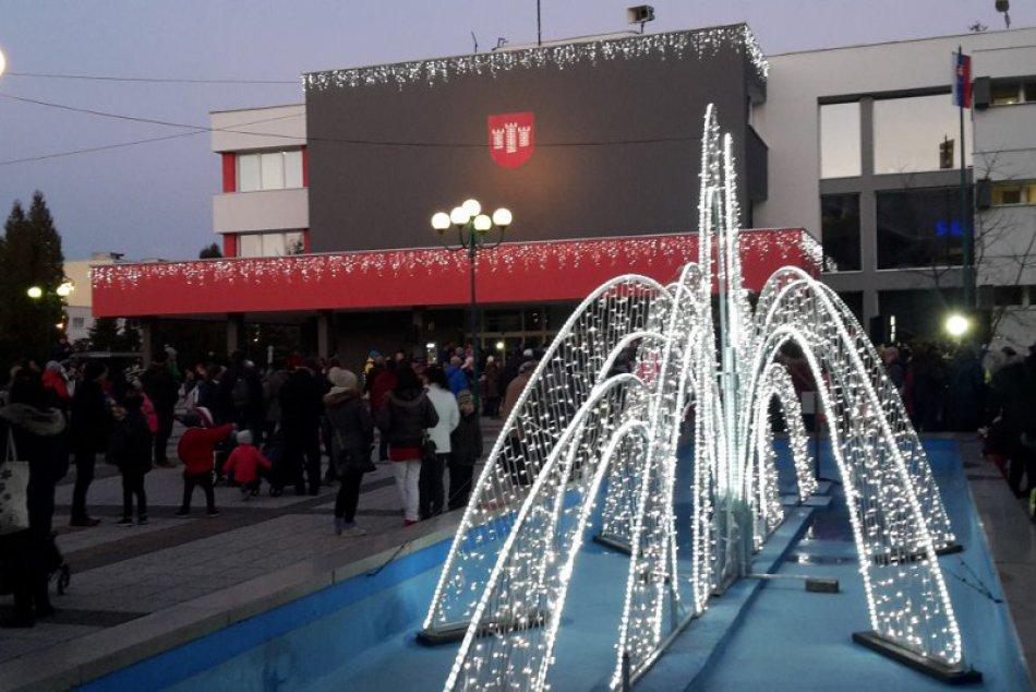 FOTO: V Považskej rozsvietili vianočnú výzdobu, stromček a prišiel aj Mikuláš