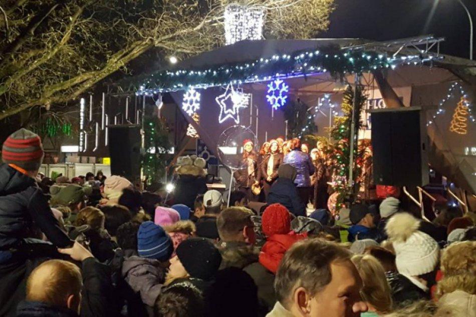 Vianočné trhy otvorené: Mikuláš na námestí prilákal stovky návštevníkov