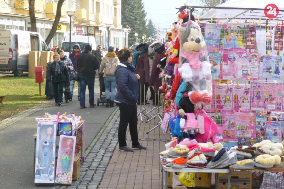 Humenské vianočné trhy lákajú: Pozrite si zábery z námestia plného ľudí