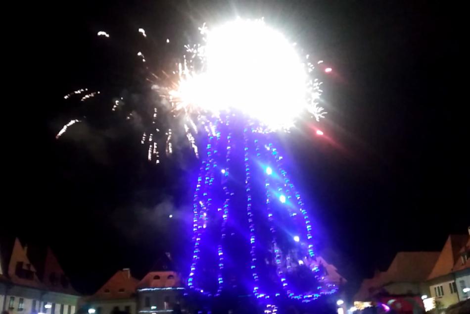 OBRAZOM: Mikuláš rozsvietil vianočný stromček aj na bardejovskom námestí