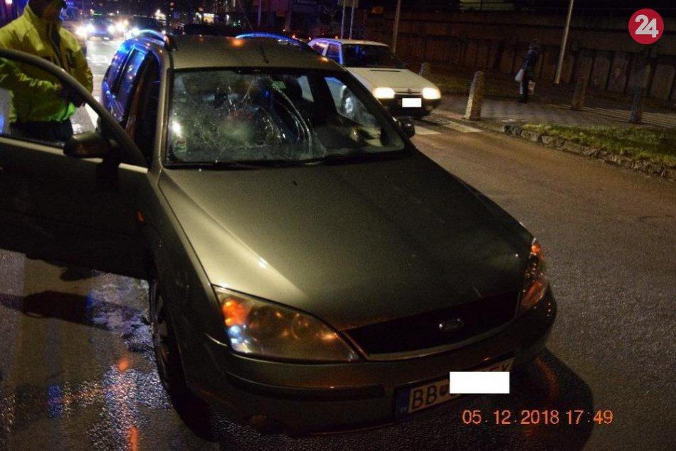 V OBRAZOCH: Vodič na priechode v Bystrici zrazil dvoch chodcov