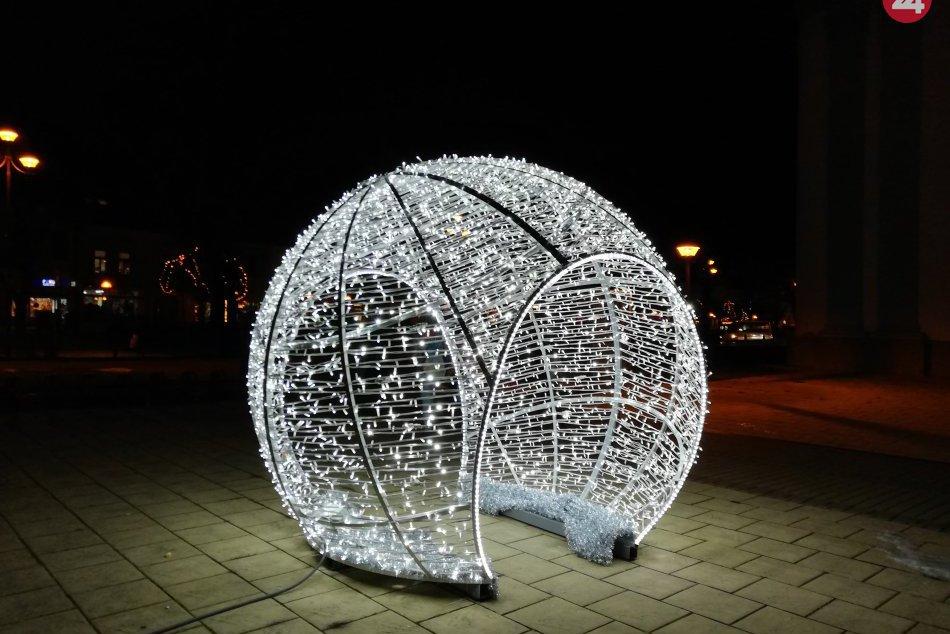 Už ste ich videli? Centrum nášho mesta skrášlili nové prvky vianočnej výzdoby