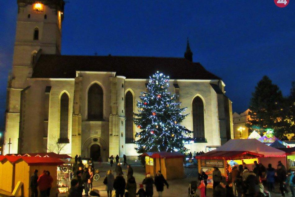 Dominanta Vianoc už žiari farbami: Stromček v Prešove rozsvietili