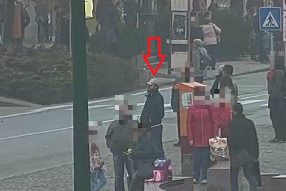 Prešovská polícia chce stotožniť muža na FOTKÁCH označeného červenou šípkou!