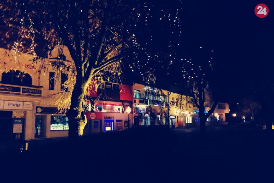 FOTOGALÉRIA: Vychutnajte si humenské námestie odeté do vianočného šatu