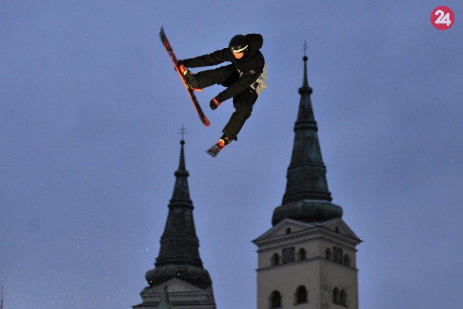 FOTO: Na Námestí Andreja Hlinku sa predviedli známi snowboardisti a freeski jazd