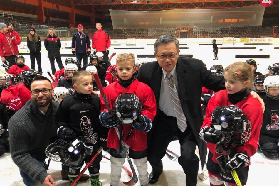 b8bd4608022e9 OBRAZOM: Deti na mestskom zimnom štadióne v Trnave prekvapil taiwanský  veľvyslan