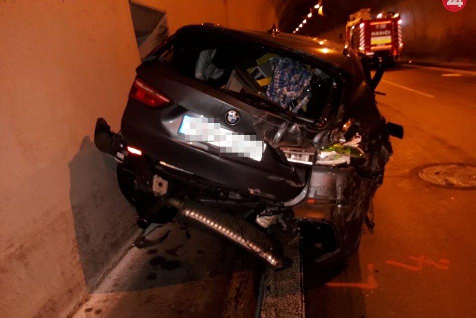 Nehoda ako z filmu: Auto letelo vzduchom a narazilo do tunelovej rúry