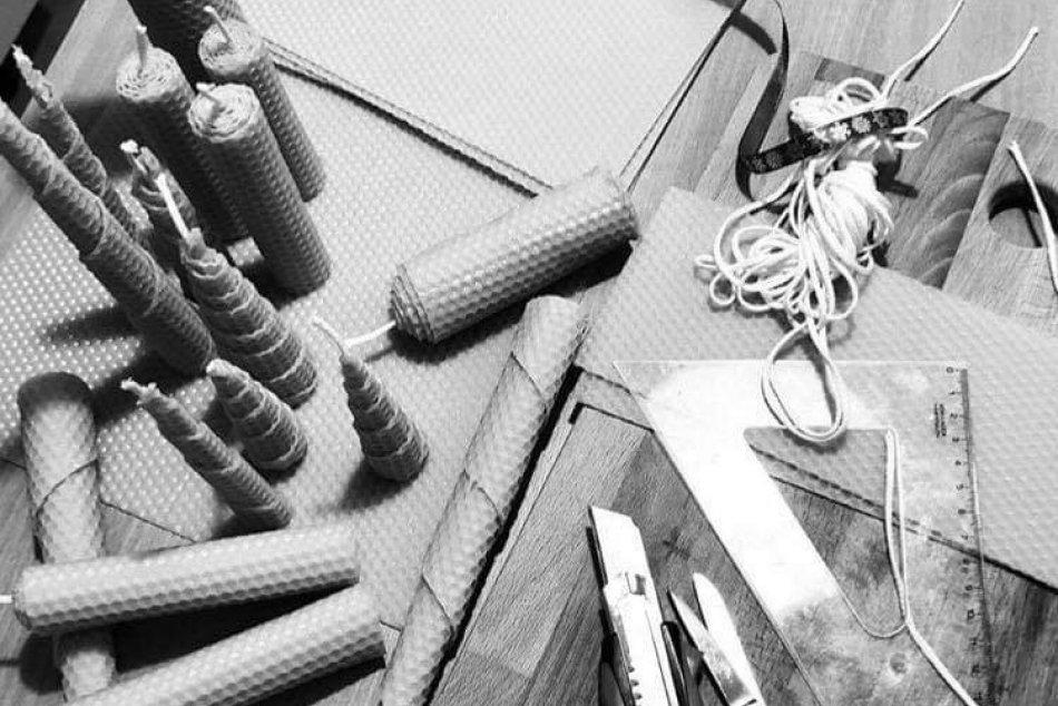 Má šikovné ruky: Michalovčanka vyrába sviečky zo včelieho vosku, FOTO