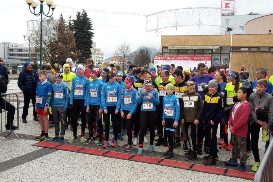 Zimný beh Považskou Bystricou: Zábery z trate a stupňov pre víťazov