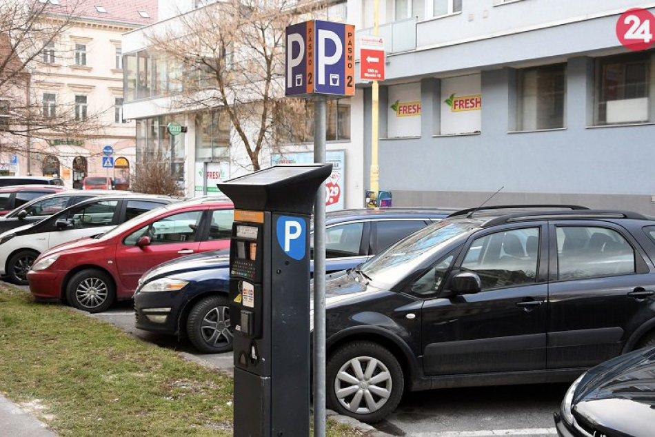 Parkovisko s parkovacím automatom spoločnosti EEI