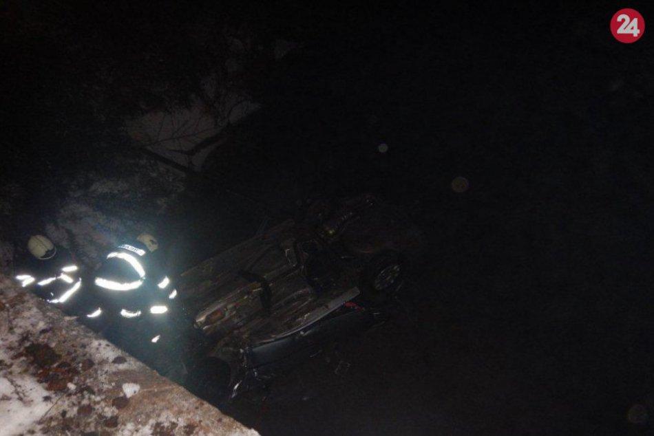 FOTO: Petra (20) skončila autom dole hlavou v potoku, zachránili ju policajti