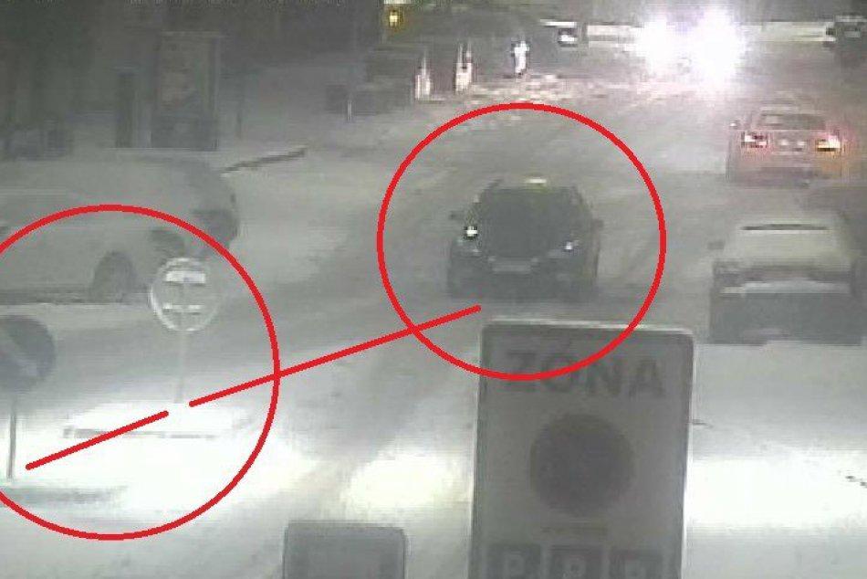 Taxík jazdil v Nitre po strede rušnej cesty: Zdemoloval dve značky a pokračoval,
