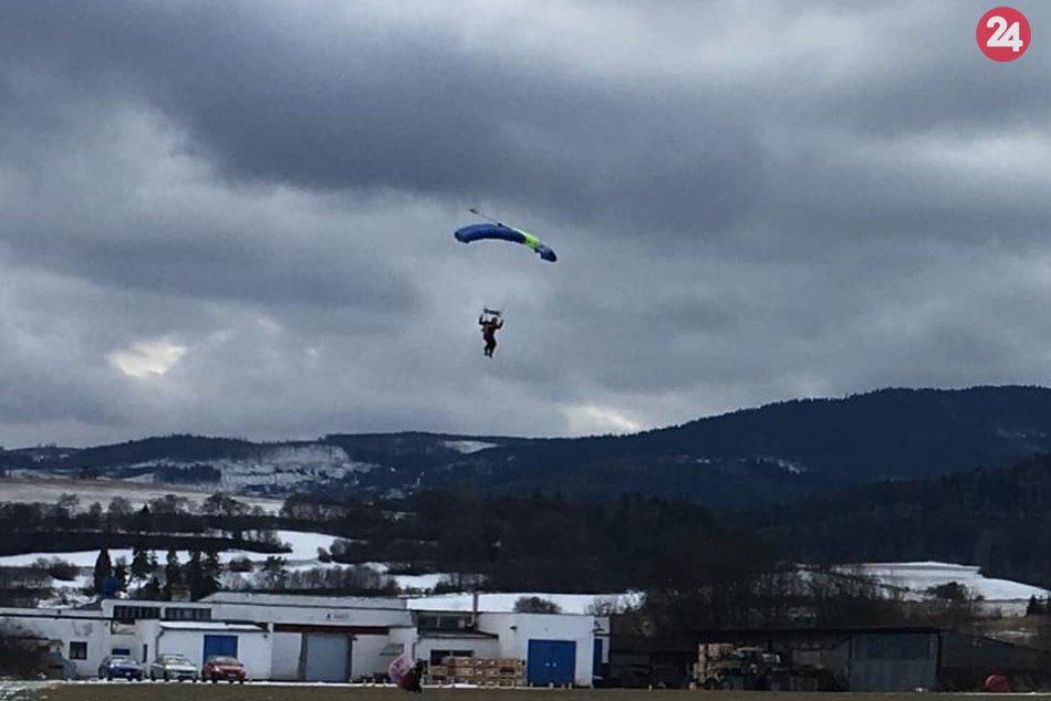 OBRAZOM: Posledný deň roka strávili parašutisti tradične zoskokmi