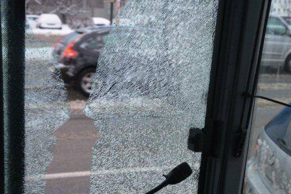 Prestrelené sklo autobusu MHD