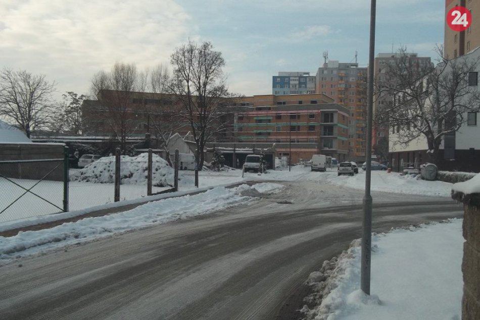 Perinbaba potešila Šaľanov snehom: Do ulíc vyšli všetky cestárske vozidlá, FOTO