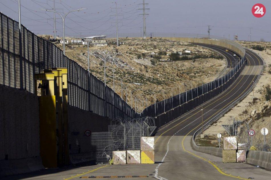 Izrael otvoril novú diaľnicu: Izraelských a palestínskych vodičov oddeľuje múr