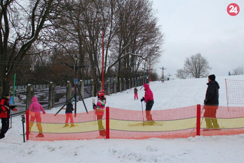 V OBRAZOCH: Vďaka partii dobrovoľníkov sa Bystričania lyžujú priamo za panelákmi