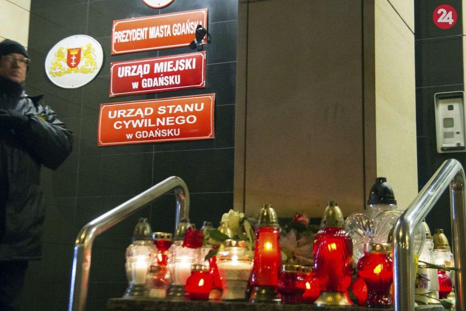 Ľudia v uliciach po zabití starostu Gdanska