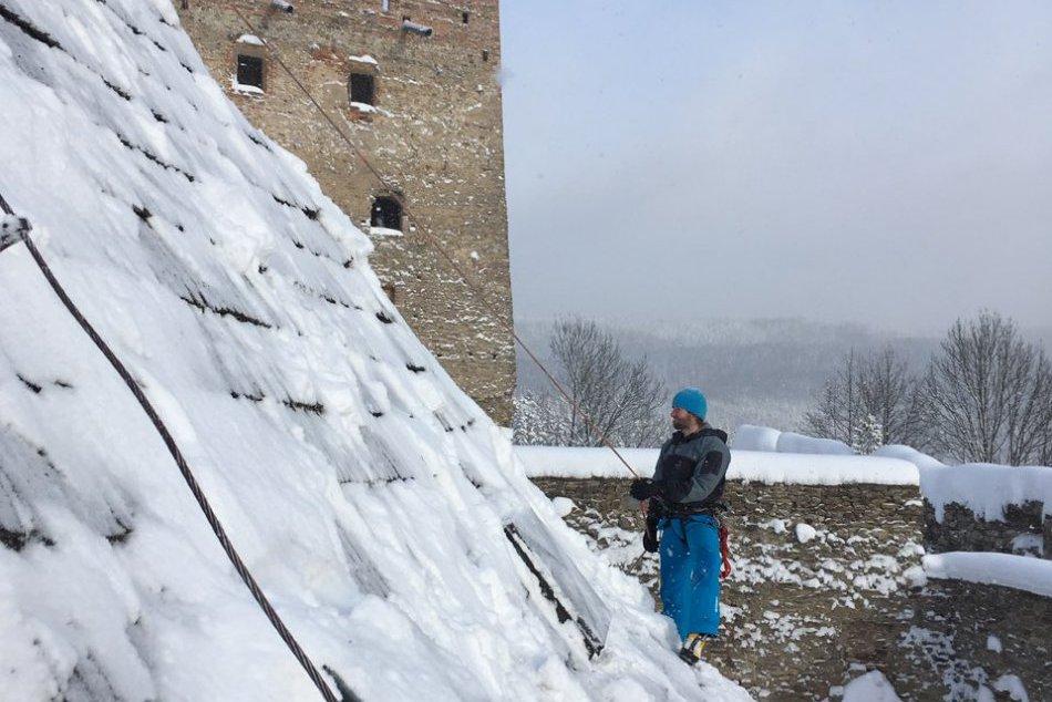 Horolezci na strechách hradu Ľubovňa už týždeň odpratávajú sneh