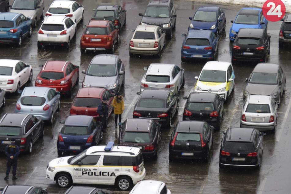 Parkovanie v troch radoch pred popradským supermarketom