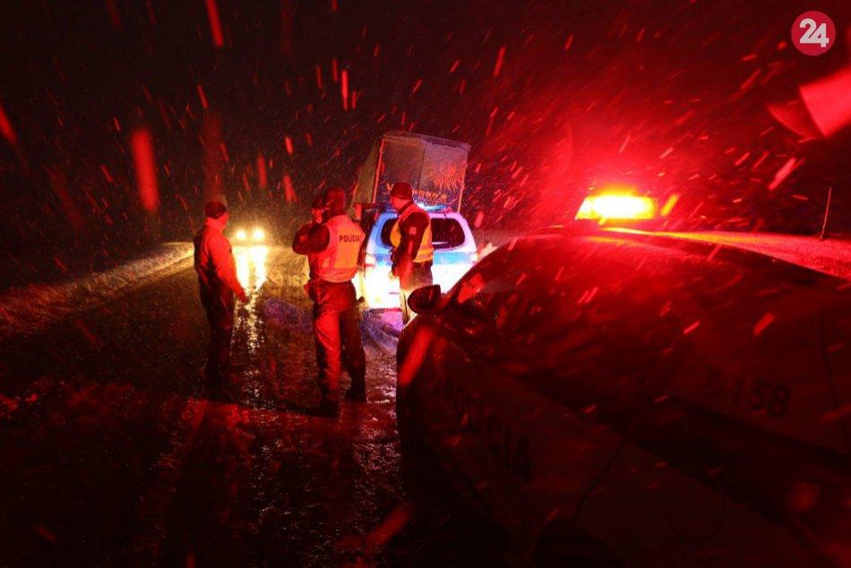 Ťažkú noc mali aj žilinskí policajti na oravských cestách