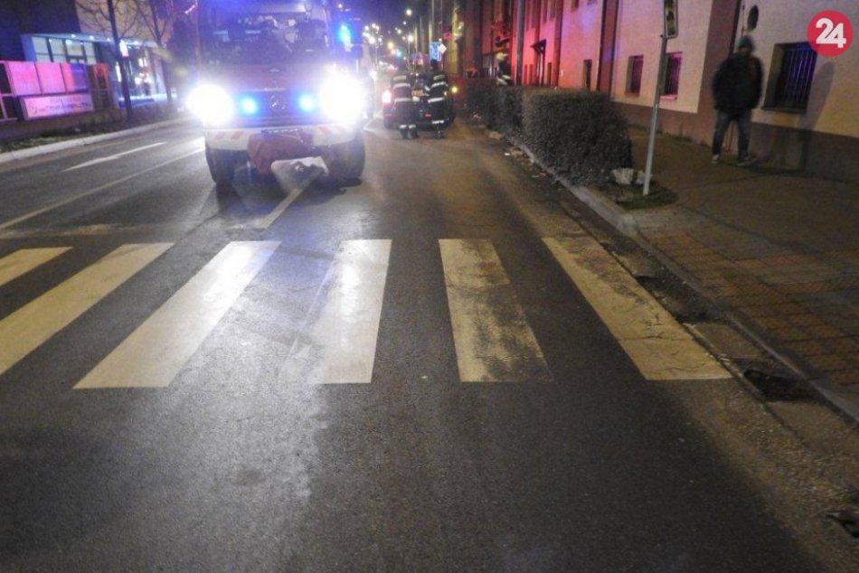 FOTO: Auto v Trnave zrazilo chodca na priechode pre chodcov