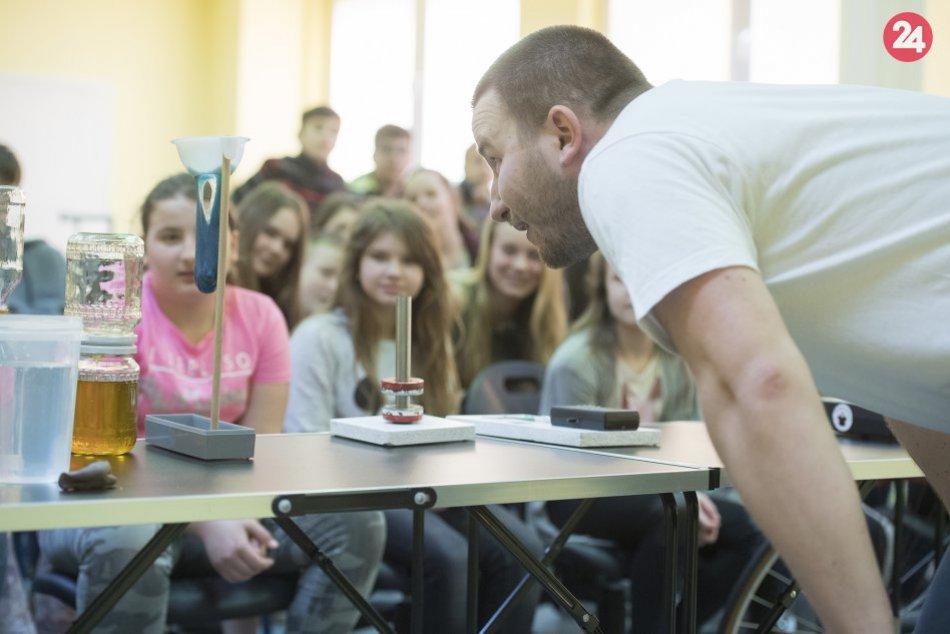 Jeho vystúpenia stoja za to: Michal predvádza fyziku zábavným štýlom