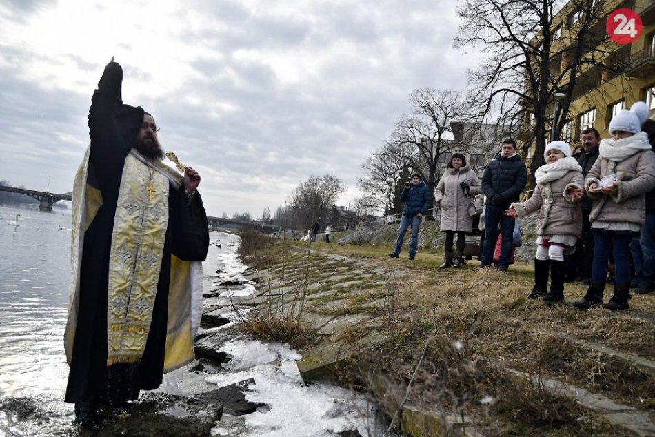 FOTO: Pravoslávni veriaci na brehu Váhu oslávili sviatok Zjavenia Pána