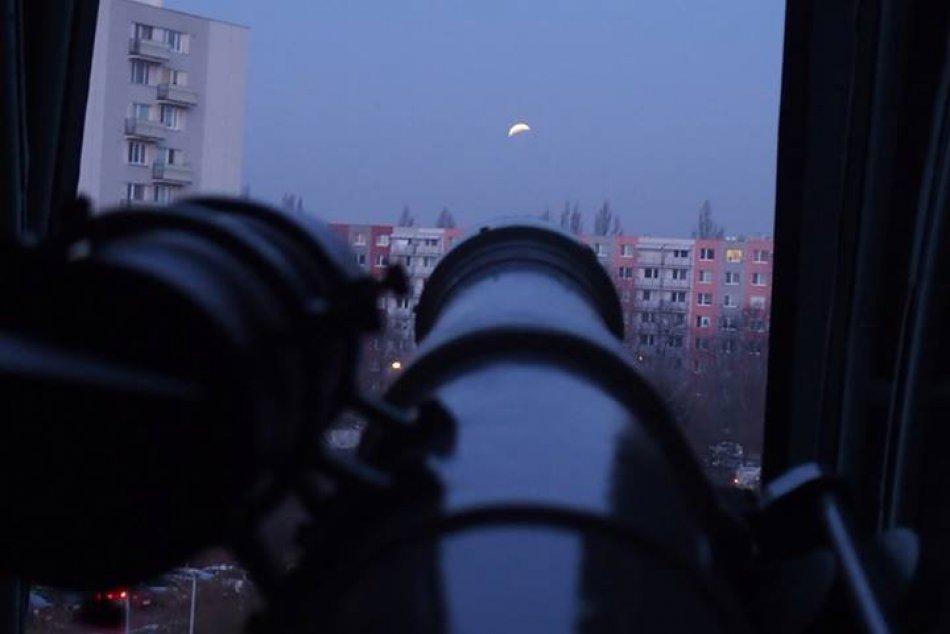 FOTO: Úplné zatmenie Mesiaca si nadšenci z Nitry nenechali ujsť