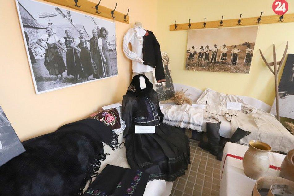 Nahliadnite do výstavy, ktorá približuje tradičné kroje z Podhoria
