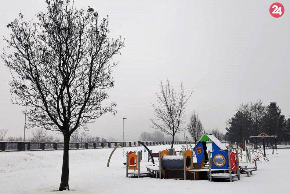 Hlohovec sa prebudil do zasneženého rána: Mesto prikryla snehová perina, FOTO