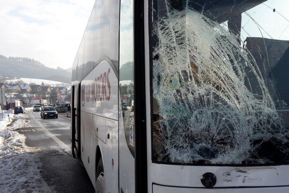 Dopravná nehoda dvoch áut a autobusu v Považskej Teplej: Zábery z miesta