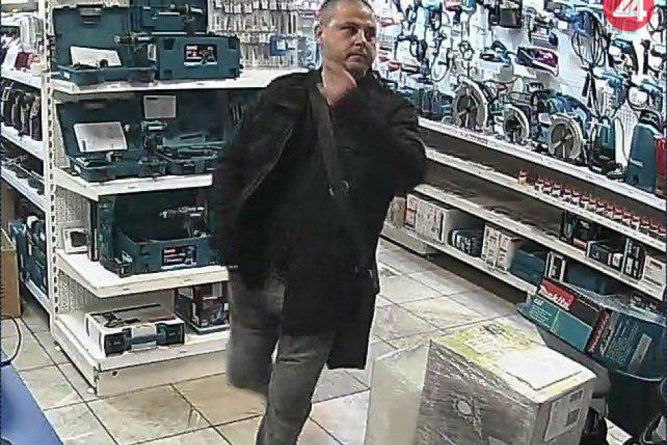 V OBRAZOCH: Polícia pátra po mužovi podozrivom z krádeže vo zvolenskej predajni