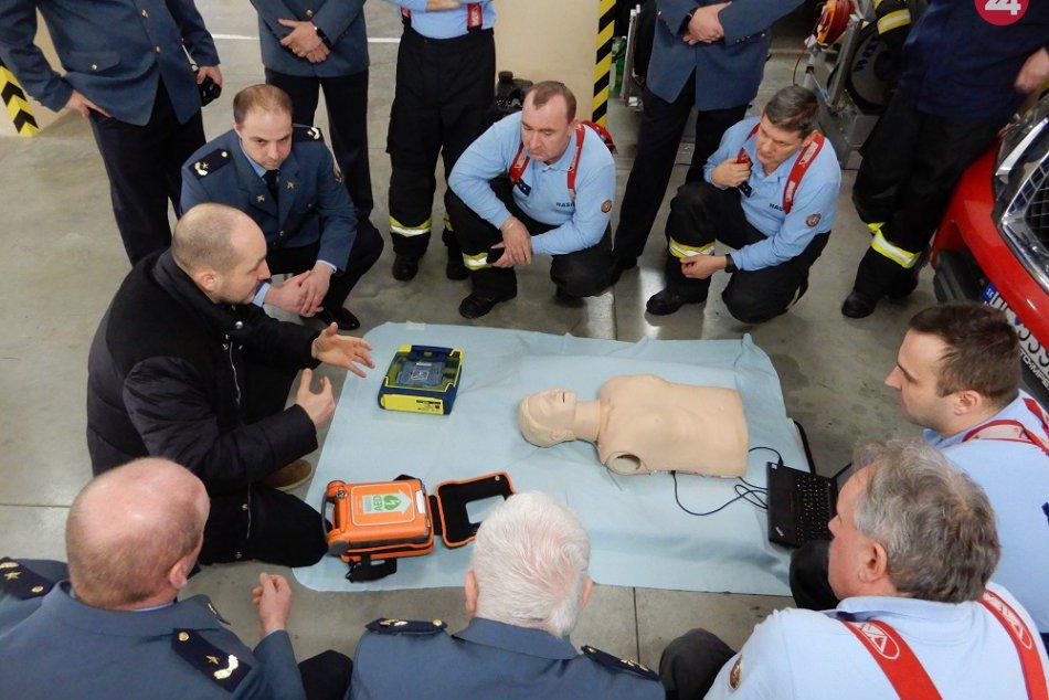 Odovzdal im ho hrdý otec: Ondrej Duda venoval hasičom v Snine defibrilátor
