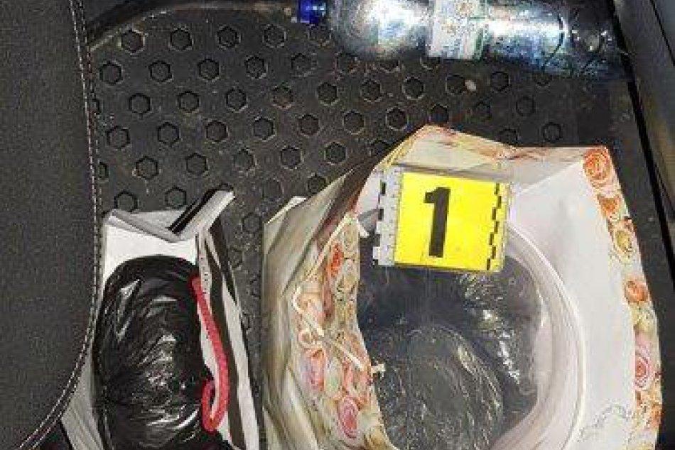 Piatkový úlovok žilinských policajtov: Viac ako pol kila marihuany v aute