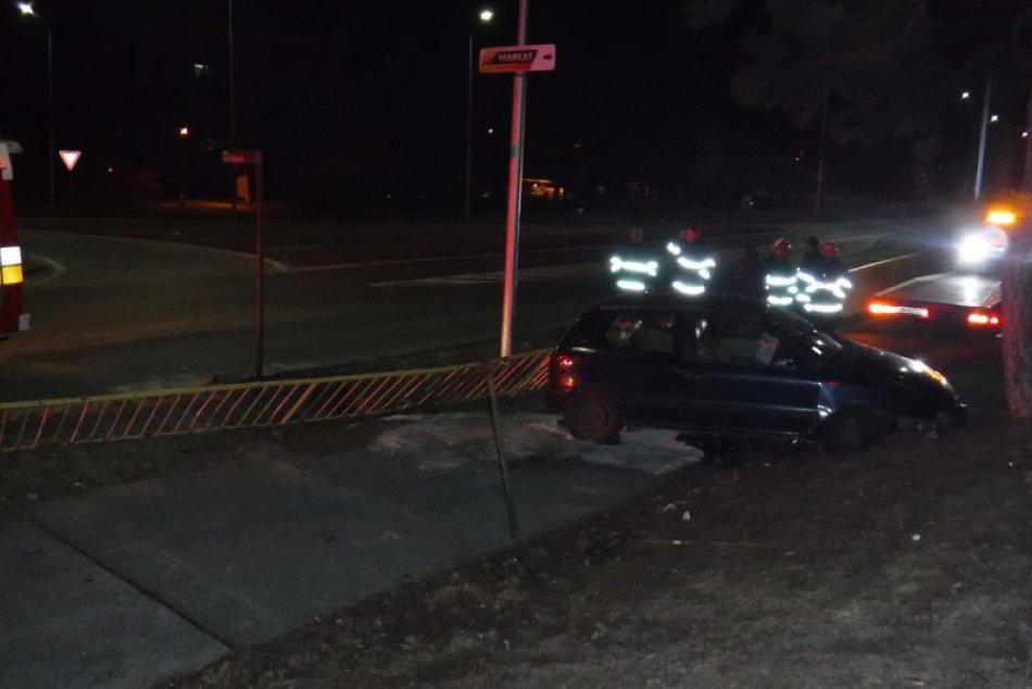 Mladík (22) autom zdemoloval kovové zábradlie v Nitre: Nafúkal takmer 1,5 promil