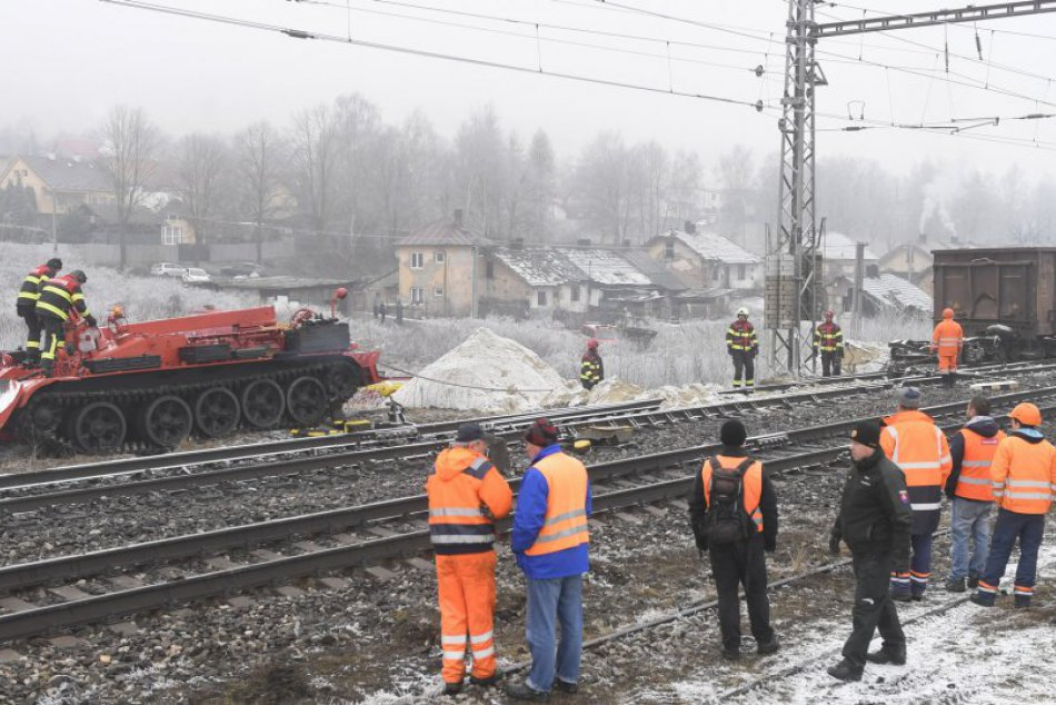 OBRAZOM z miesta: Odpratávanie vagónov z koľají zachytené na fotkách