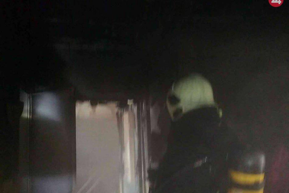 FOTO: Trenčianski hasiči zasahujú pri požiari bytu v Trenčíne