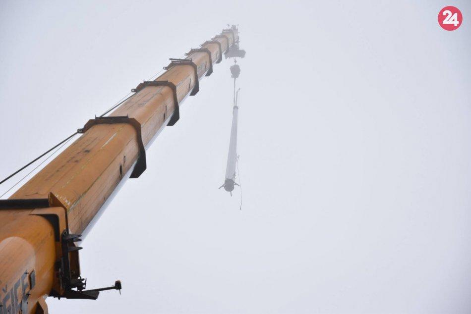 Takto ho osadili, už je na svojom mieste: Budova Úradu PSK má nový stožiar