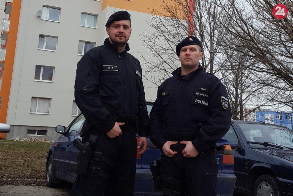Policajti Bulko a Krajčovič pred panelákom, z ktorého mal chcieť skočiť Fero