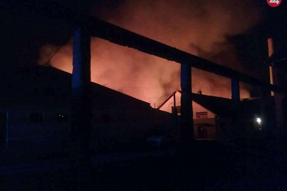 Požiar výrobnej haly zachvátil výrobnú halu