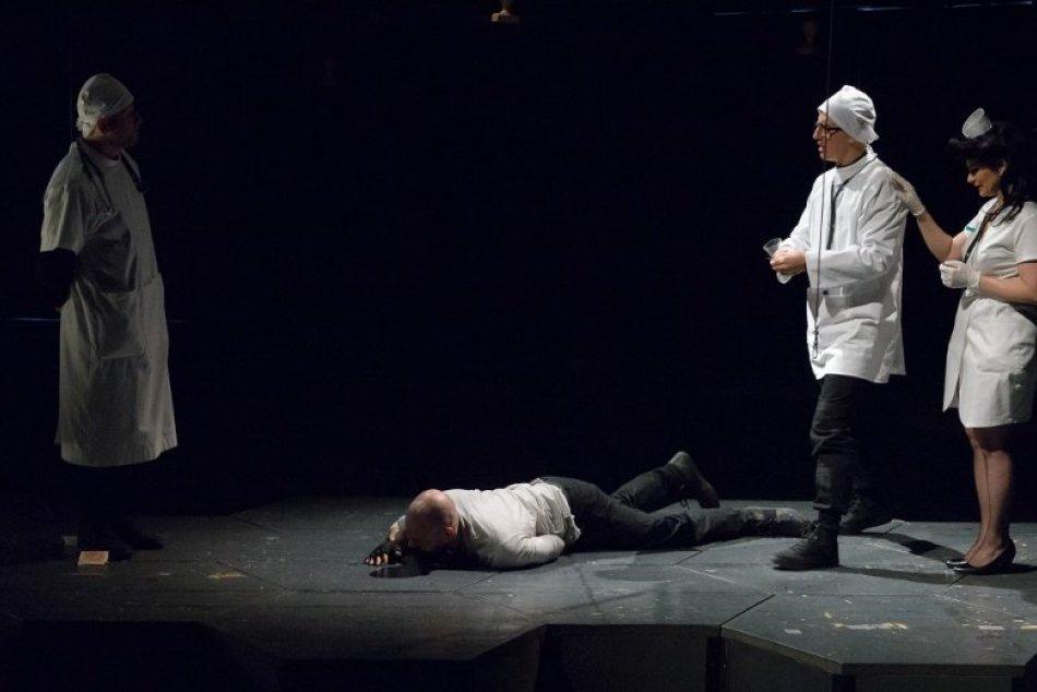 Herci DAB v Nitre majú za sebou generálnu skúšku inscenácie Hlava XXII., FOTO