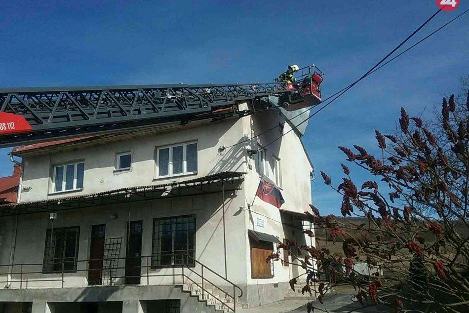 Silný vietor v Žilinskom kraji vyvracia stromy, hasiči s desiatkami výjazdov
