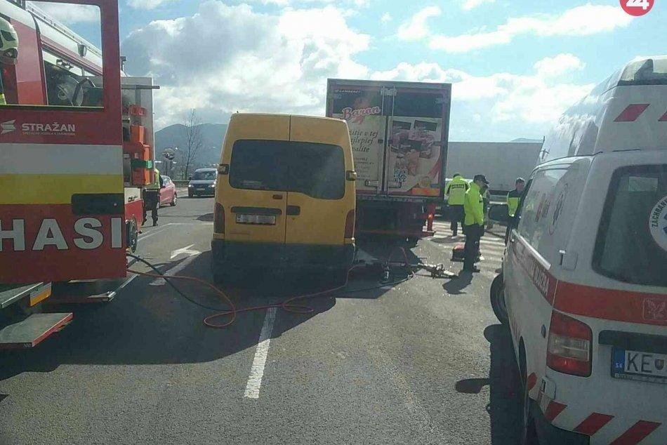 Nehoda na diaľničnom privádzači na Považí: Zábery z miesta