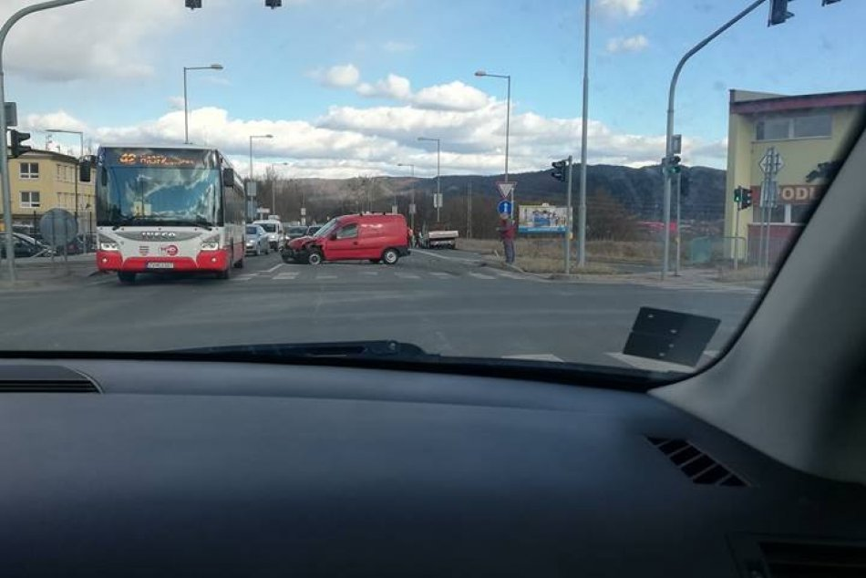 V OBRAZOCH: Zábery z miesta nehody 2 áut na Partizánskej ceste