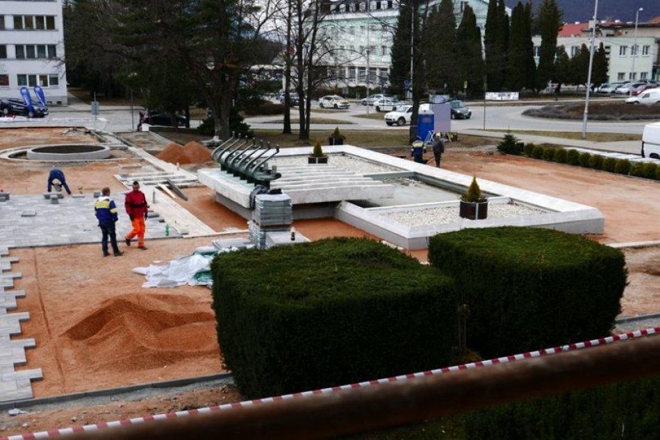 Obrazom: Práce na obnove okolia fontány postupujú svižne