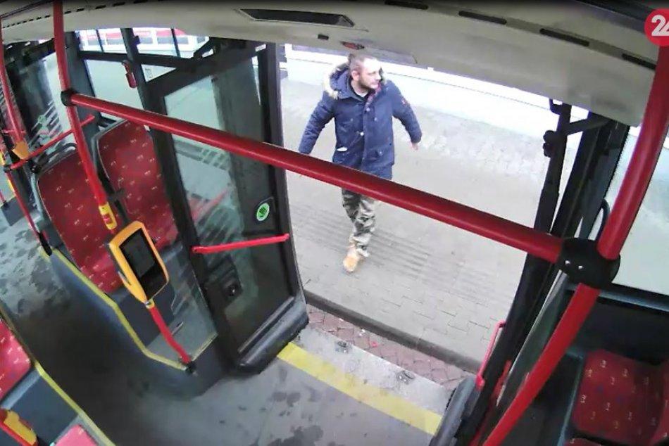 Neznámy páchateľ rozbil dvere na autobuse MHD