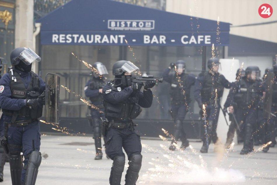 Rabovanie obchodov i horiace autá v centre Paríža