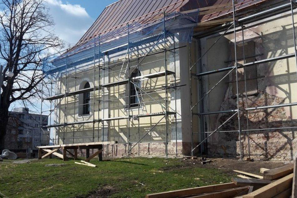 Hneď je na ňu krajší pohľad: Kaplnka sv. Heleny získava po požiari novú strechu